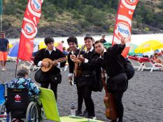 Un groupe de musiciens sur la plage