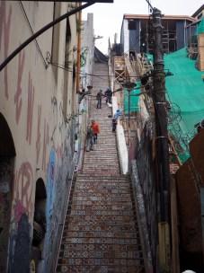 Un escalier le long d'un funiculaire (en rénovation) à Valparaiso