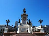 Place Sotomayor, le monument aux héros de la bataille de Iquique, avec en haut une statue de Arturo Prat, officier de marine tué lors de la bataille.