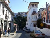 A Valparaiso, selon le coté d'où l'on regarde les maisons, elles peuvent avoir deux ou quatre étages...