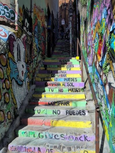 Un escalier recouvert de fresques à Valparaiso