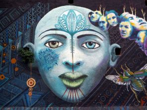 Fresque à Valparaiso. De nombreuses illustrations reprennent des motifs spécifiques aux cultures locales, donnant ainsi aux fresques des significations que l'on ne devinne pas forcément au premier regard
