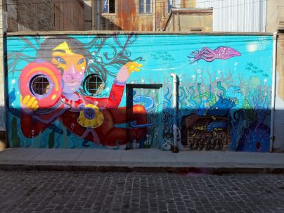 Fresque utilisant les éléments du mur à Valparaiso