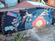 Une fresque représentant une femme indigène accouchant dans la douleur, symbole de la lutte des populations indigènes au Chili