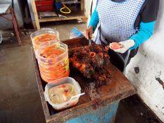Voici des Pyura chilensis, une espèce d'ascidie comestible des côtes du Chili et du Pérou, dont le nom vernaculaire espagnol est piure. C'est rouge, visceux, ça sort d'un gros coquillage moche et c'est pas très appétissant