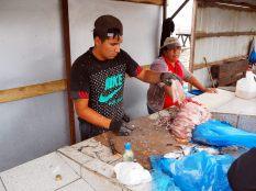 Des pécheurs préparant les poissons à la criée de Valparaiso