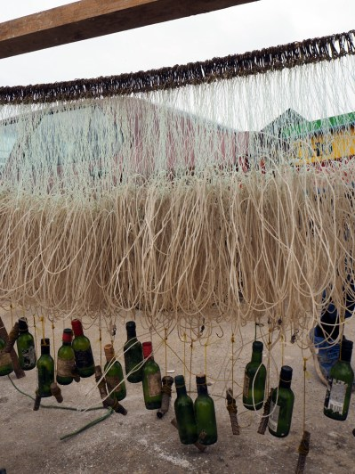 Lignes de pêche lestées par des bouteilles, Valparaiso