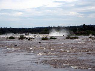 Les embruns générés par la chute de la gorge du diable, coté Brésilien