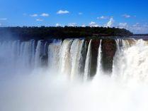 Au niveau de la gorge du diable, vue sur le coté Brésilien des chutes (depuis le coté Argentin)