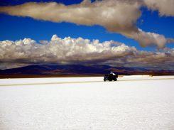 Les camions d'exploitation du sel au salinas Grande