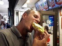 Julien se delecte d'un completo avec plein de mayo !