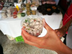Ceviche de poisson préparé au port de pêche de Valparaiso