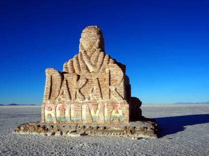 Le monument au Dakar sur le salar d'Uyuni