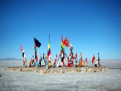 Les drapeaux laissés par les touristes de passage au salar d'Uyuni