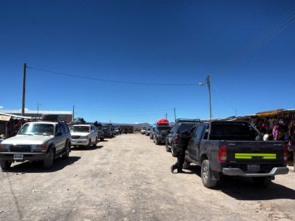 De retour à Colchani, point d'entrée sur le salar d'Uyuni : d'innombrables jeep