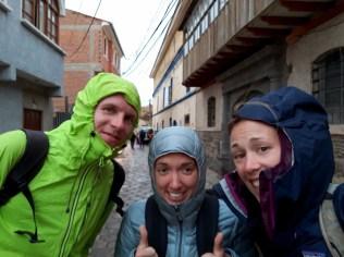 Julien, Caro et Elise gardent le moral malgré la pluie !