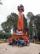 """Au parc Simon Bolivar, une """"tour Eiffel"""" orange, Sucre"""