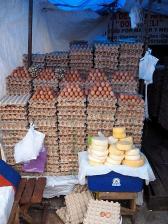 Une montagne d'oeufs au marché de Sucre