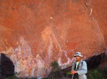 Notre guide devant des vestiges de peintures sur les murs du parc de Toro Toro