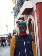 """Julien portant une cagoule de """"pabluchas"""" ou """"ukukus"""", personnages mythiques de la culture andine, ayant notamment pour fonction de faire respecter l'ordre et les traditions liturgiques des fêtes"""