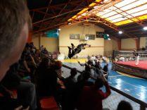 """""""Cholita Wrestling"""" à El Alto, un catcheur en pleine action"""