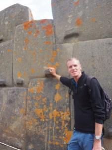 Site archéologique Inca de Ollantaytambo. Julien devant les énormes blocs qui semblent être assemblés au milimètre !