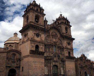 Sur la Plaza Del Armas, Cuzco. Vue sur l'Iglesia de la Compañía de Jesús