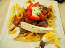 """Le """"pique macho"""" (cousin de la """"chorillana"""" chilienne) : frites, viande de bœuf, parfois des saucisses, parfois du fromage, de la sauce tomate"""