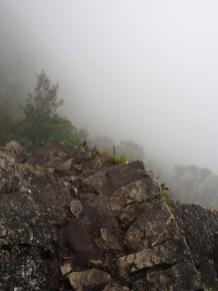 Les nuages masquent un peu le vide à droite des marches du sentier, Montana, Machu Picchu