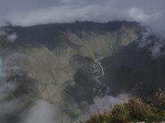 La vallée du Rio Urubamba, qui encercle presque le promontoire sur le lequel a été construite la cité Inca