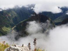 Vue sur Huayna Picchu (avec à son pied, dans les nuages, le site du Machu Picchu)