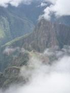 Vue (à travers les nuages) sur le site du Machu Picchu depuis la Montana