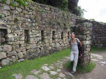Elise dans le batiment de la porte du soleil, Machu Picchu
