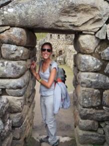 Elise dans la zone urbaine du Machu Picchu
