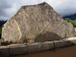 La roche sacrée, un monolithe poli de 3m de haut et de 7m de base dont la forme ferai penser à un felin.