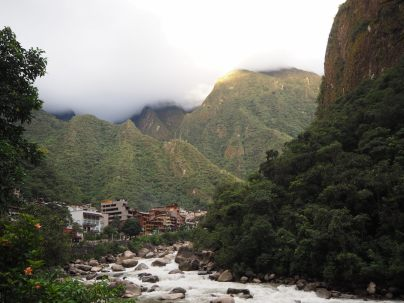 Retour dans la vallée du Rio Urubamba, et vue sur le village d'Aguas Calientes