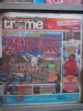 """La """"une"""" glauque d'un journal local, faisant état d'un accident de la route impliquant des touristes"""