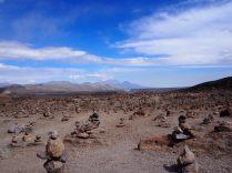 """Cairns et volcans au """"Mirador de los Andes"""" en direction du canyon de colca"""