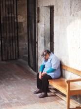 Une dame endormie sur un banc dans l'église de la Compagnie