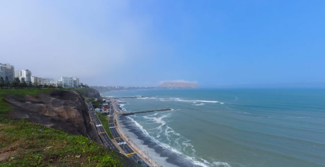 Panorama de la costa verde de Lima