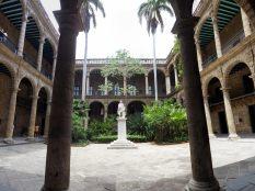 Cour du Palacio de los Capitanes Generales (Palais du Gouverneur) et Musée de la Ville sur la Plaza de Armas