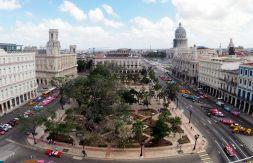 """Vue panoramique sur le """"Parque Central"""" depuis l'hotel du meme nom, avec de gauche à droite : le musée national des beaux arts, le théatre Payret, le grand théatre """"Alicia Alonso"""", et le capitole derrière"""