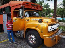 """Un camion-bus / """"collectivo"""" tuné et rutilant"""