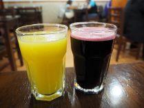 Jus de fruits (à gauche) et chicha morada (à droite)