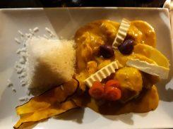 Aji de gallina : Ragoût de poulet cuisiné avec de la crème et du fromage, piment et cacahuètes