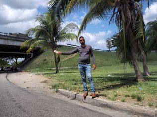 Cubain faisant du stop au bord de la route