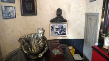 La bar Floridita à la Havane dans lequel on retrouve la statue de bronze de Hemingway