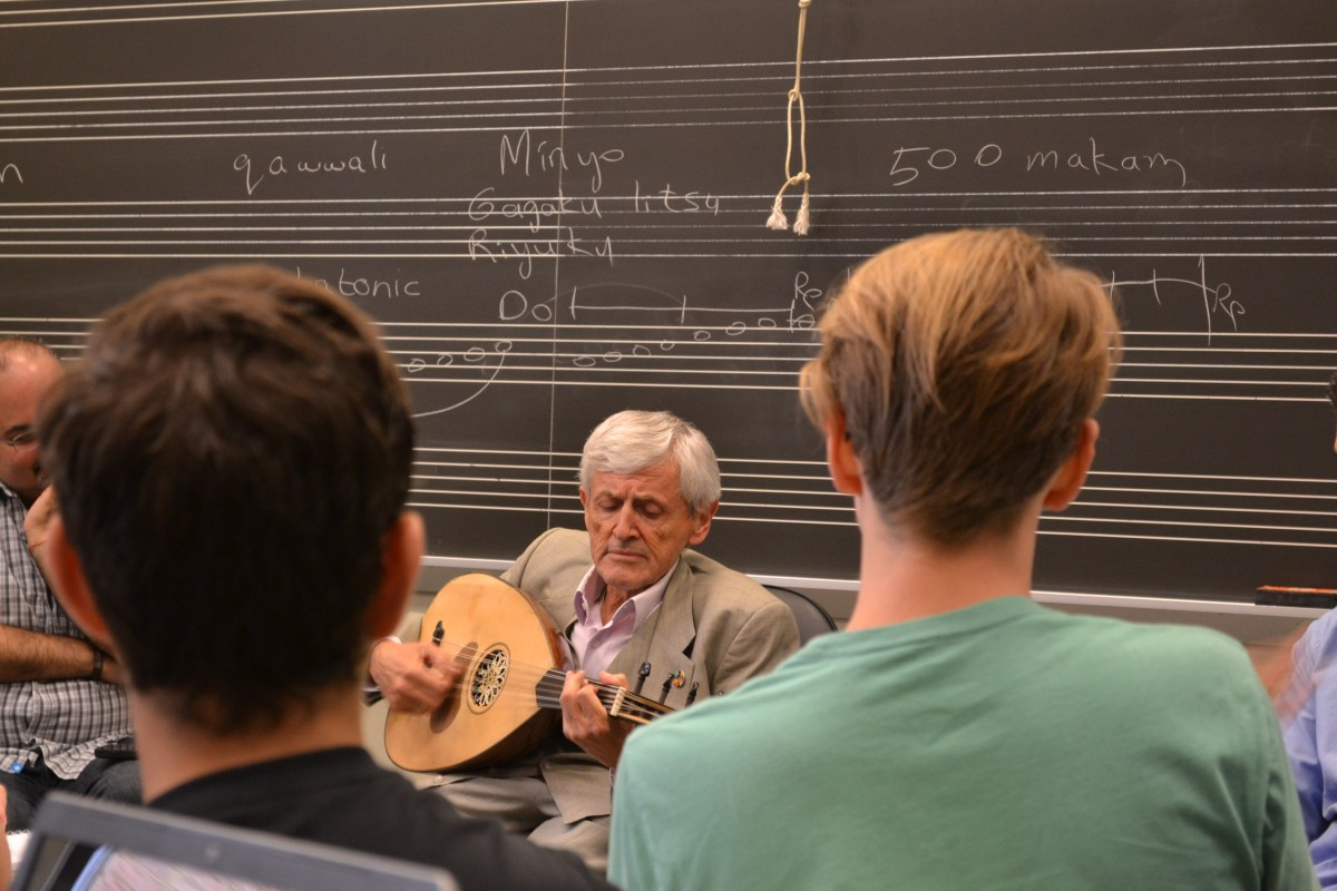 Orüç Güvenç performs.