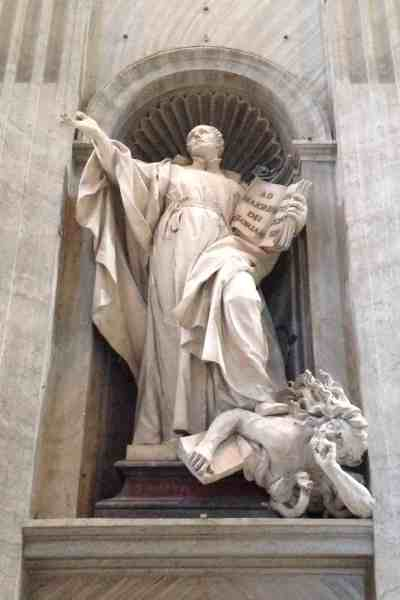 """예수회(Jesuit)의 창설자 이그나시우스 로욜라. 예수회 회헌(Constitution)을 작성한 그는 교황 및 종교적 상관들에 대한 복종을 요구하기를 마치 자기 결정권이 없는 """"시체 처럼"""" 하여야 한다고 생각했다. 그런 사람의 조각상이 성 베드로 성당 안에 안치 된 것은 너무도 당연하다. 현재 교황인 프란체스코 역시 예수회 출신으로, 예전에 자기 밑에 있던 신부들에게 지켜주겠다고 거짓말 하고 뒤에서는 쿠데타 세력에게 밀고한 것이 알려져 있다."""