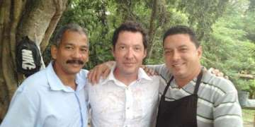 Patrick Hemingway, center, during a previous trip to Cuba, along one of the guardians of the Hemingway Museum, Roberto (left) and Thomas Fuentes (right), grandson of Gregorio Fuentes, Hemingway´s officer on his boat Pilar / Photo: Taken from the Vancouver Sun